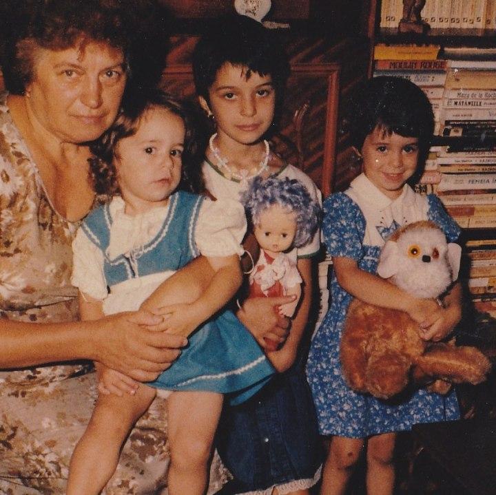 Bunica cu 3 nepoate